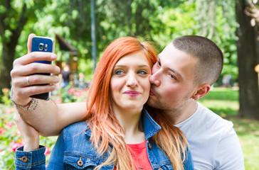 Risultati immagini per coppia che si fa un selfie