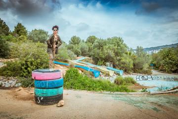 Femme dans un parc d'attraction abandonné ,  Urbex