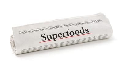 Zeitungsrolle mit der Überschrift Superfoods