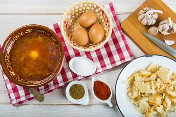 Sopa castellana o sopas de ajo tradicionales a base de pan, ajo, pimentón y huevo.
