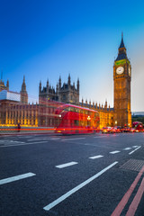 Foto auf Leinwand London roten bus London scenery at Westminter bridge with Big Ben and blurred red