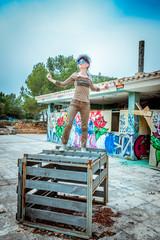 Femme sur une caisse, dans un lieu Urbex