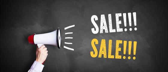 "Megafon vor Kreidetafel mit Slogan ""Sale!!! Sale!!!"""