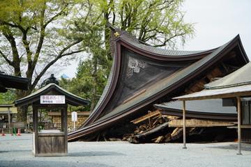 2016年4月の阿蘇地震で倒壊した阿蘇神社 熊本地震から4日後に撮影