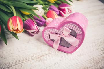 Tulpen Blumenestrauß mit Gesckenbox auf einem Holztisch
