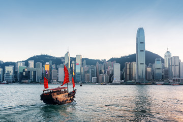 Fotorollo Hongkong Tourist sailboat crosses Victoria harbor in Hong Kong