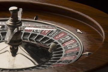 Dettaglio di roulette da gioco con pallina sul numero 18