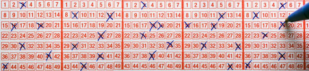 Ausgefüllter Tippschein um den Lottojackpot abzusahnen