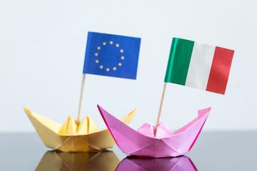 Papierschiffe mit europäischer und italienischer Fahne
