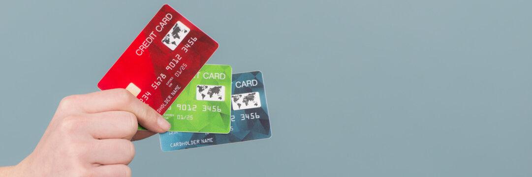 frauenhand mit mehreren kreditkarten