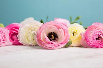 Ranunkeln Blumenstrauß auf einem Holztisch