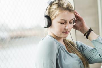 Fensterscheibe,Fenster,Kopfhörer,hören,entspannt,genießen,Freizeit