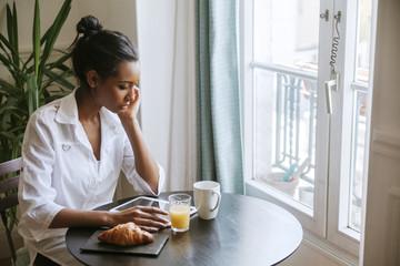 Glas,Fenster,frühstücken,Entspannung,lesen,sitzen,entspannt