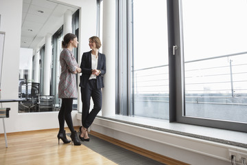 Gemeinsam,sprechen,Fenster,Zusammenarbeit,stehen,Zuversicht,Geschäftsbesprechung