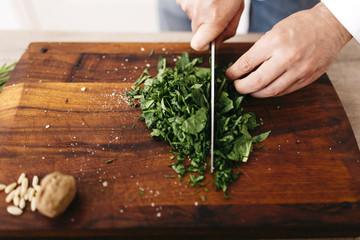 Koch,kochen,Spinat,Walnuss,schneiden,Ravioli,Gastronomie
