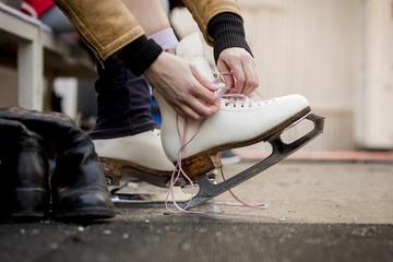 Freizeit,Schuhe zubinden,Winter,Schlittschuh,zubinden,anlegen,Schlittschuhläuferin