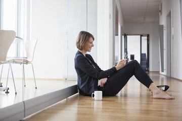 Erholung,Korridor,SMS,Pause,informieren,sitzen,Flur