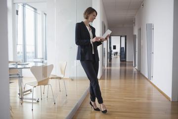 Korridor,Flur,stehen,Zuversicht,Business,Internet,Geschäftsfrau