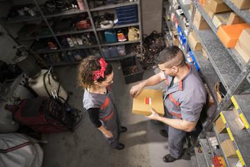Warenlager,Autowerkstatt,Kfz-Werkstatt,Lagerraum,Box,arbeiten,Zusammenarbeit