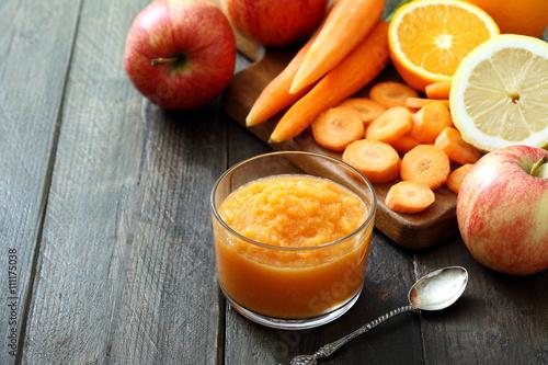 pasto con frutta e verdura carote mele agrumi sfondo tavolo di ...
