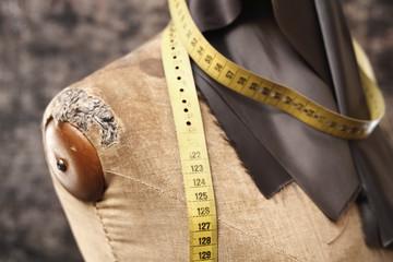 Pracownia kuśnierska.Kawałek skóry licowej, centymetr krawiecki upięty na manekinie w pracowni futer