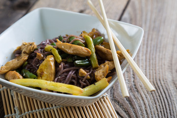 Rice noodles with chicken and green beans