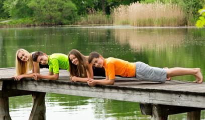 Teenager / Jugendliche beim Fitness Training draußen in der Natur