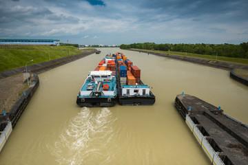 Containerschiff hinter Staustufe