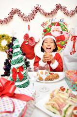 クリスマスパーティーを楽しむサンタクロース衣装の女の子