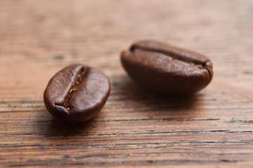 Tuinposter koffiebar grains de café en gros plan sur table en vieux bois