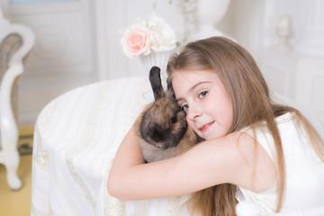 Ребенок обнимает кролика