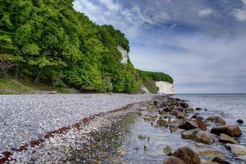 Steiniges Ufer an Rügens Kreideküste