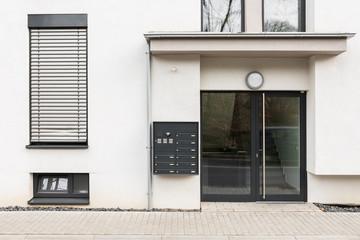 Hausfassade Eingang mit Glastür