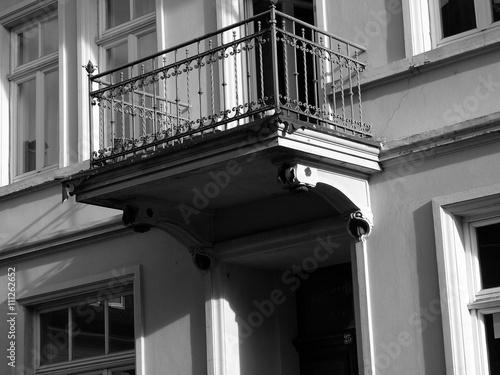 Kleiner Balkon Mit Gelander Aus Schmiedeeisen An Einem Altbau In