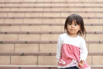 階段に立つ幼児(1歳児)