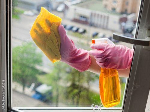"""cleaner cleans window glass with detergent"" Стоковая фотогр"