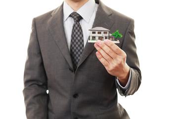 住宅模型を持つ男性