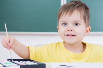 kleinkind mit strahlenden augen beim malen