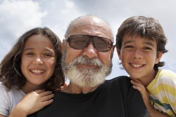 Abuelo de barba blanca con sus nietos