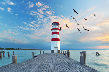 zum Sonnenuntergang am Leuchtturm am See