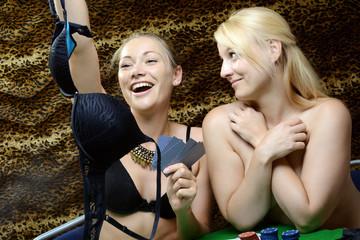 Frau verliert BH bei Kartenspiel Strip Poker gegen Freundin