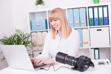 Fotografin bei der Arbeit im Büro