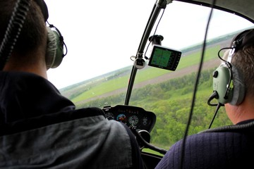 Полёт над полями на вертолёте