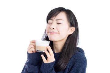カプチーノを飲む女性
