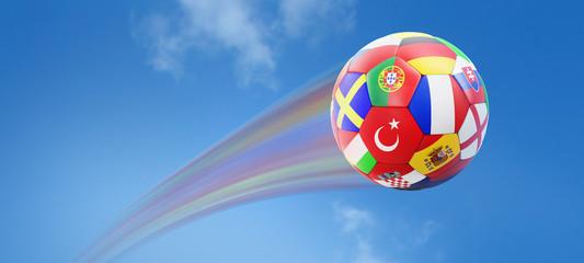 Fußball mit Länderflaggen vor blauem Himmel