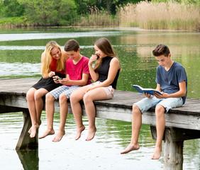 Jugendlicher Außenseiter ohne Smartphohne - Mobbing