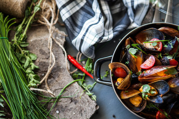 Saucepan with steamed mussels