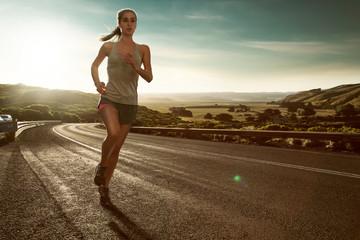 Frau läuft im Sonnenuntergang