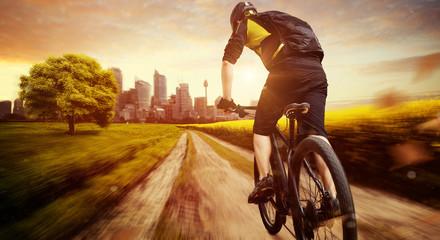 Biker auf dem weg in die Stadt