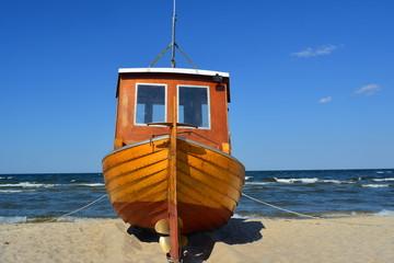 Fischerboot am Sandstrand der Insel Usedom an der Ostsee